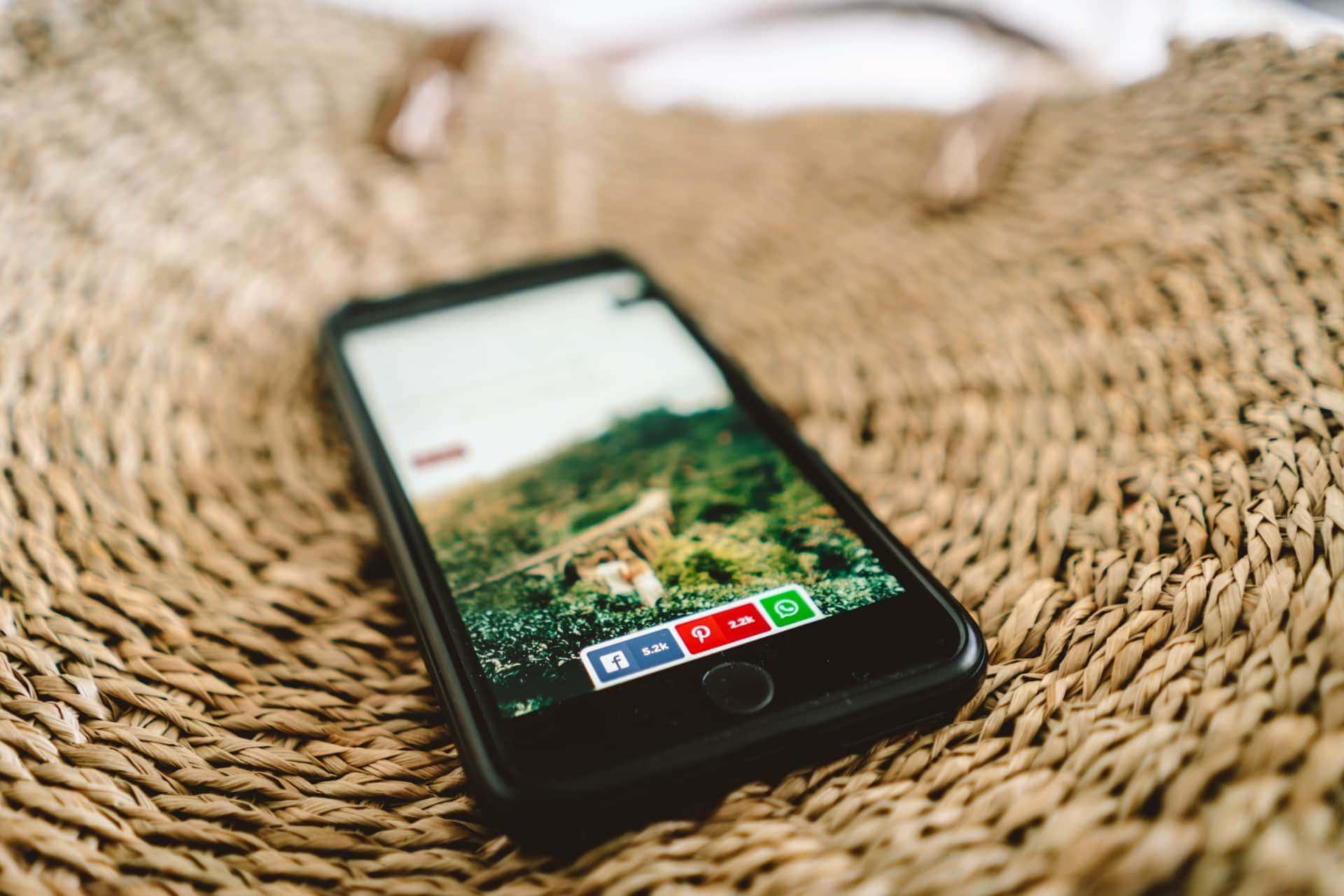start a travel blog social buttons