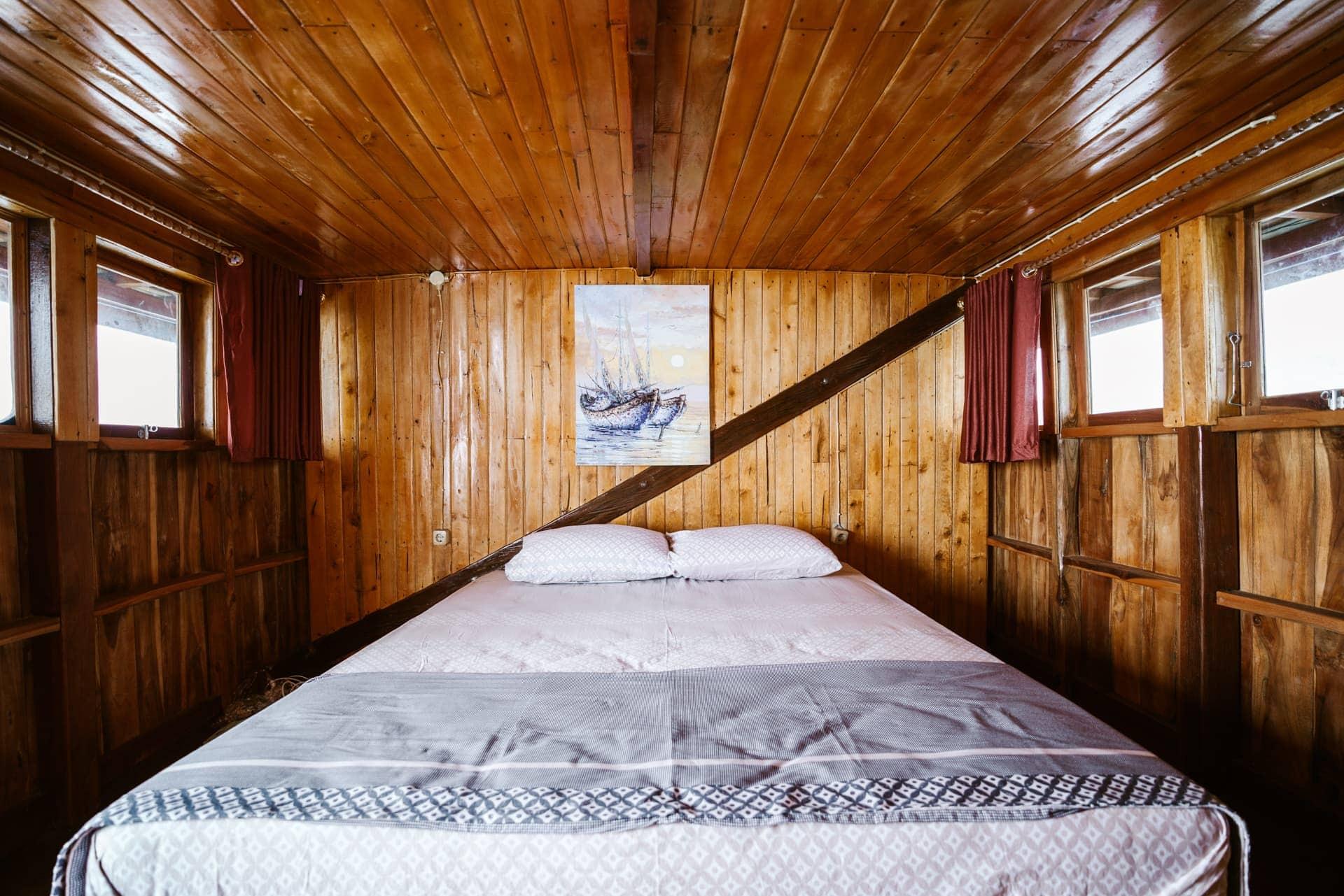komodo boat tour bed